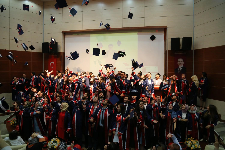 Baretleriyle mezuniyetlerini kutladılar