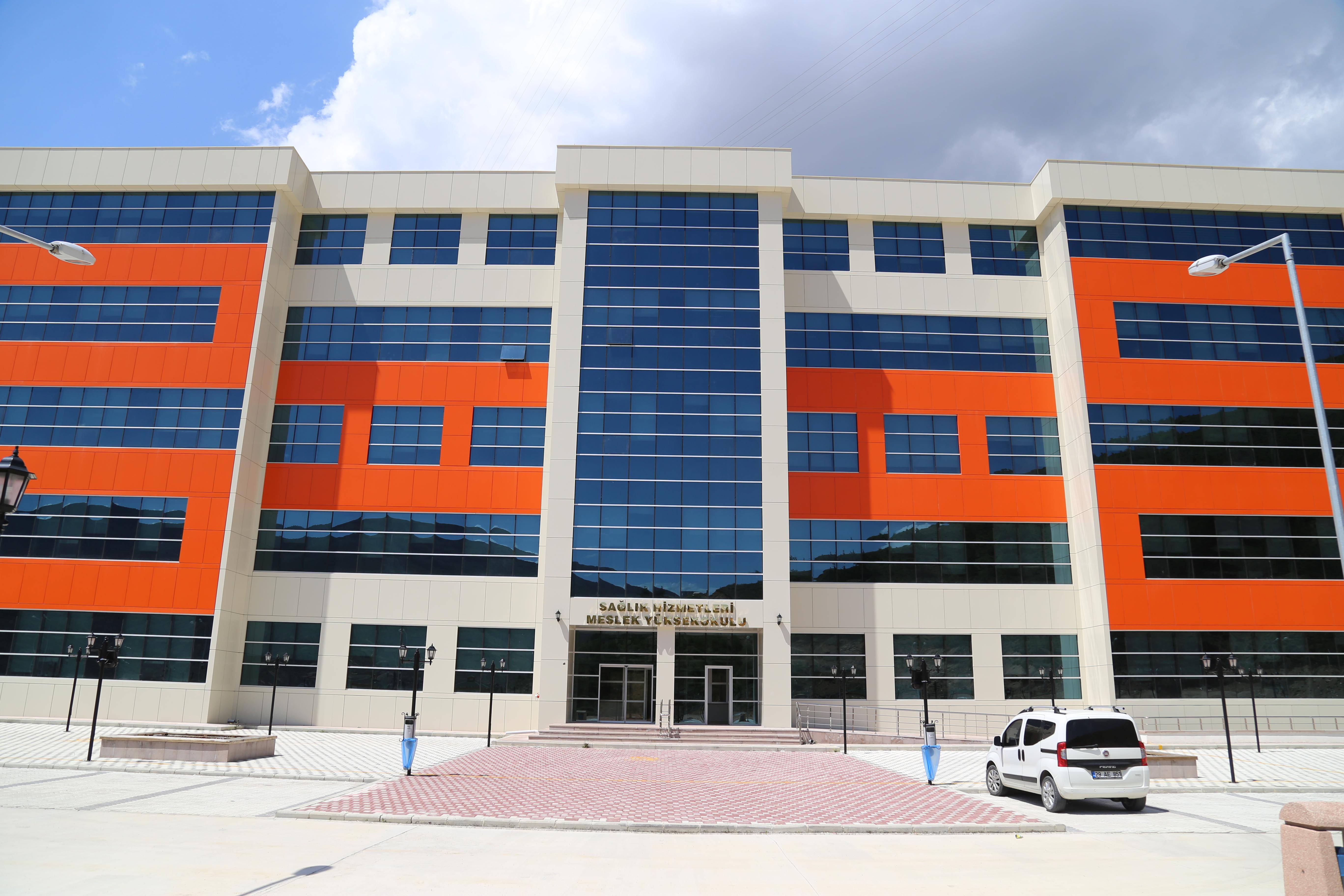 Sağlık Hizmetleri Yeni Binasında Öğrencilerini Bekliyor